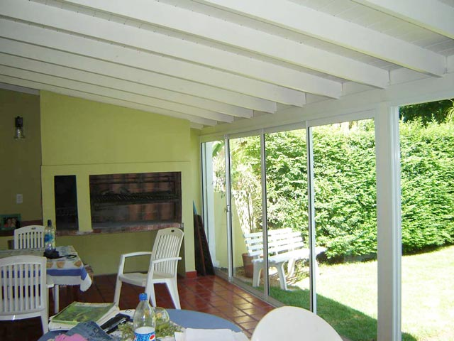 Solarium cerramientos cerramientos de piscina techo for Disenos de quinchos con piscinas